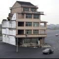Будинок посеред дороги (7 фото)