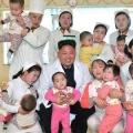 Кім чен ин відвідав діток в лікарні (7 фото)